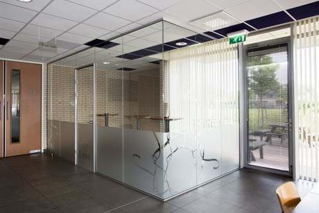 Glazen wand voor een rook ruimte op mijn bedrijf